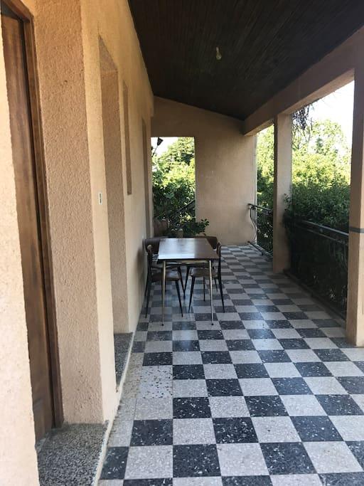 Terrasse entrée et cuisine avec coin repas et barbecue