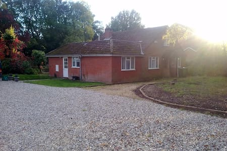 Single/Dble/Twin Room in Country Chalet Bungalow - Finchampstead - House