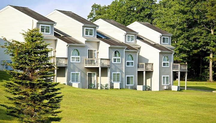 Tree Tops/Fairway at Pocono Mountain Villas 2BR Suite, FRIDAY Check-In