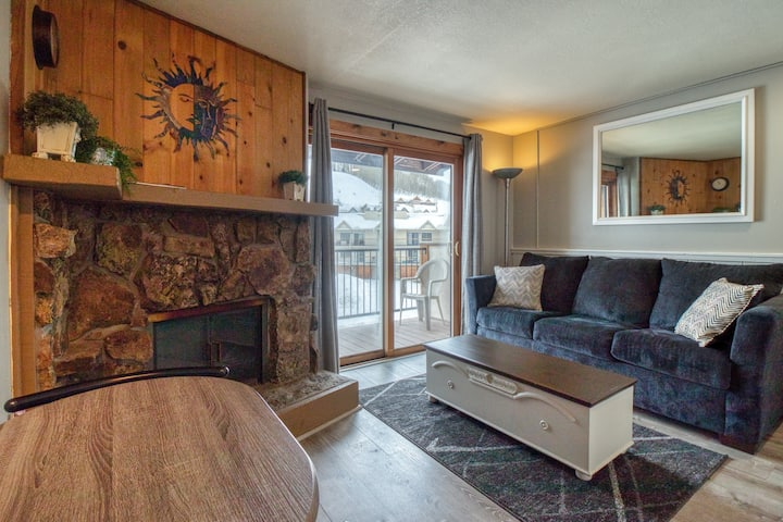 Mountain view condo w/shared pool, hot tub & sauna -near lifts