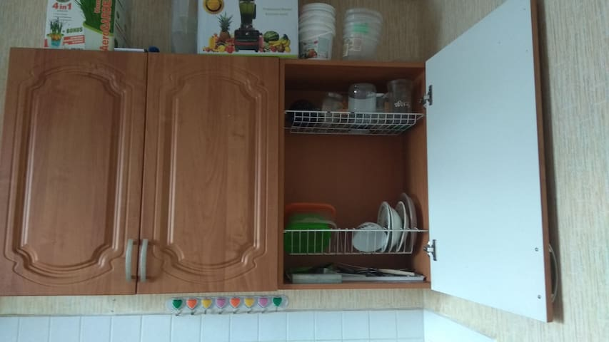 Вместительный шкаф для посуды
