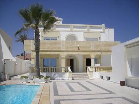 Superbe villa au bord de la plage