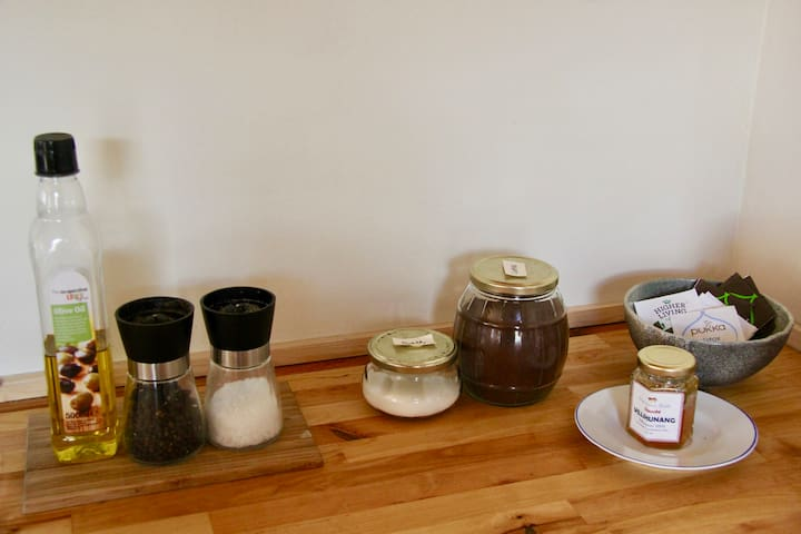 We always offer oil, salt and pepper / coffee, tea and sugar.