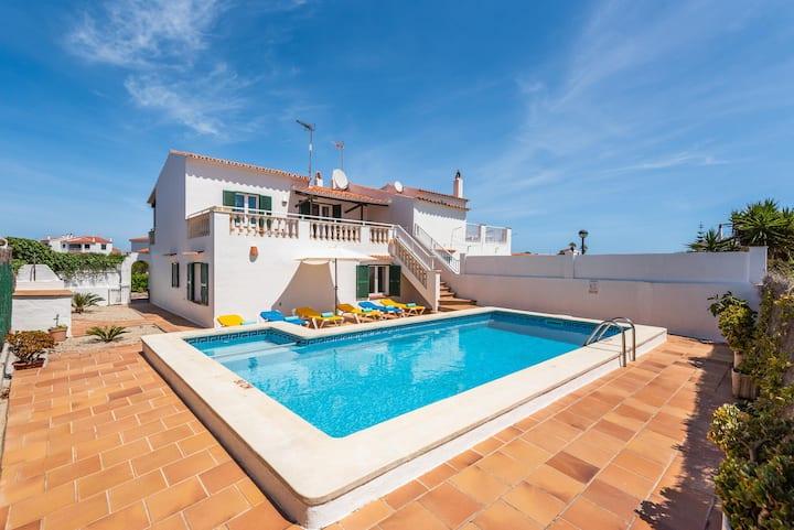 Villa Miguels près de la plage avec piscine, Wi-Fi, air conditionné et jardin ; parking disponible