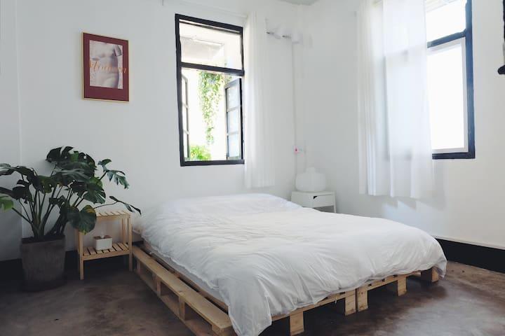 潮州太平路牌坊街【拉娜的小屋】为拉娜在潮州打造的家,整套80平方起居+卧室影幕+私人露台小花园:)