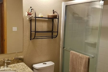 Large Room-Queen Bed & Private Bath - Livermore