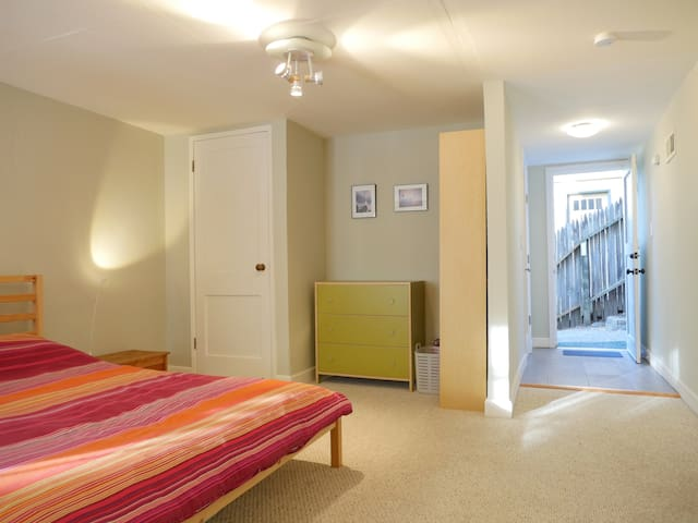 Roomy Studio with Private Entrance on Leafy Street