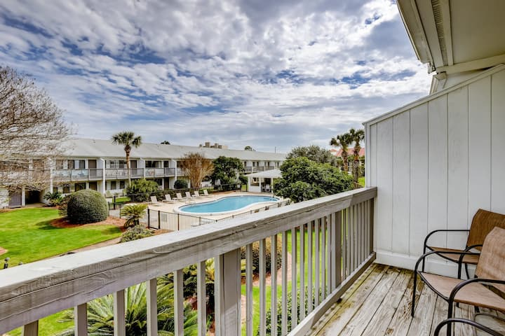 Coastal style condo close to entertainment w/ pool!