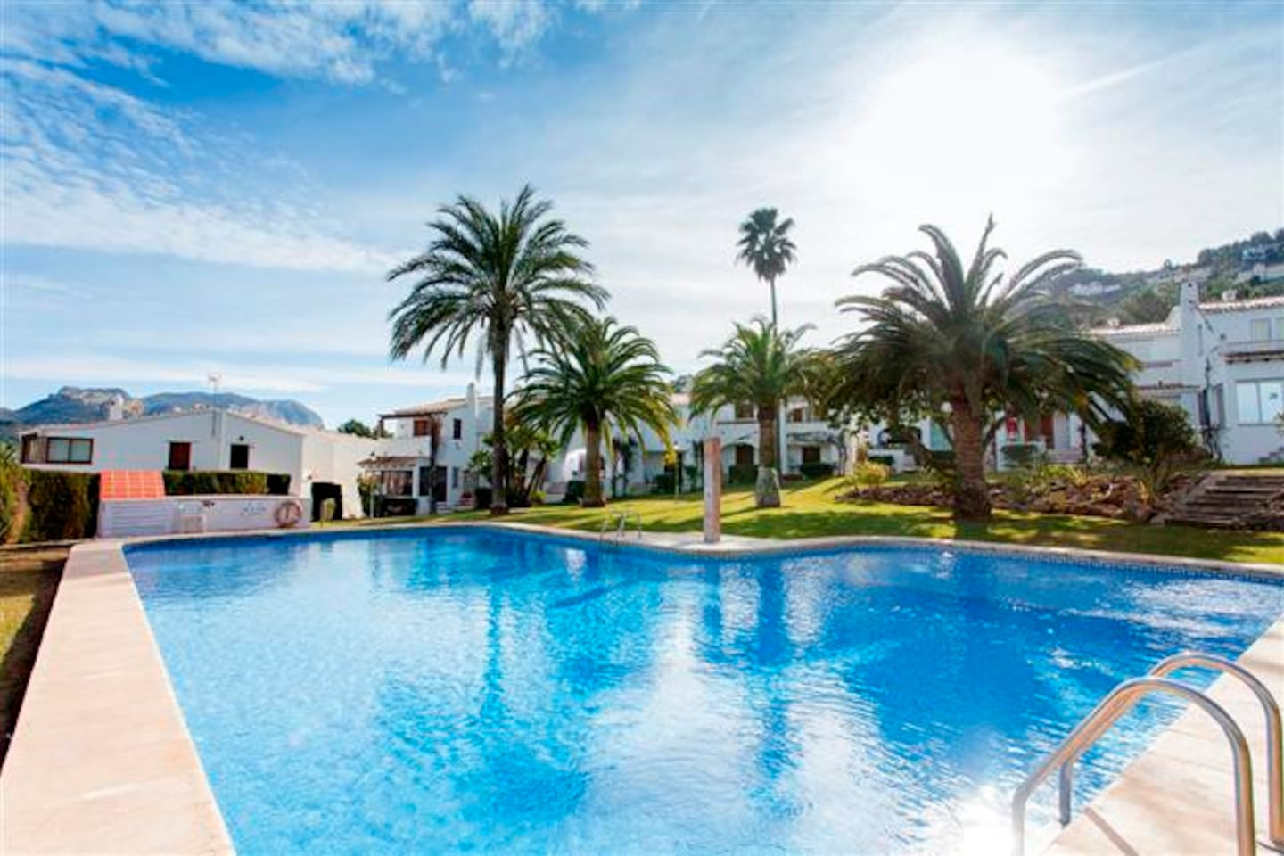 Beautiful 1 bedroomed apartment on ground floor that overlooks the pool. Within walking distance of shop and restaurant.  Private parking.  Separate bedroom.  Modern shower room and kitchen. The gardens are quiet and well maintained.  Sun beds.