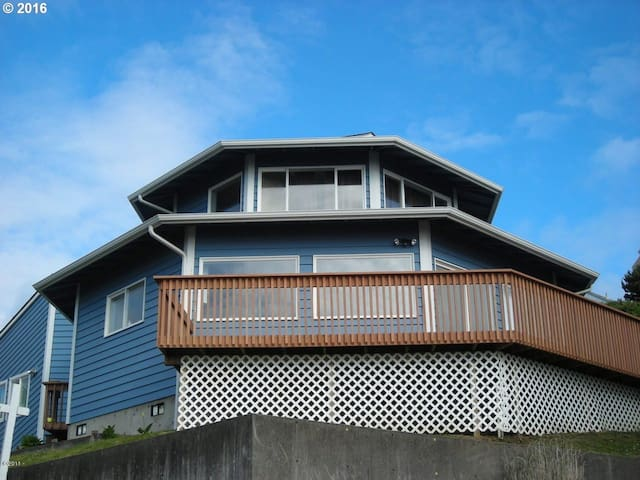 OctoMojo - Views, Beach Access and Hot Tub - Depoe Bay - House