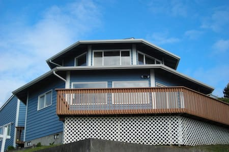 OctoMojo - Views, Beach Access and Hot Tub - Depoe Bay
