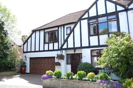 Beautiful Tudor Home - Morden - บ้าน