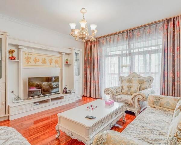 欧式奢华风格140平米三室一厅公寓。小区环境优美小桥流水亭台楼阁,生活便利,紧邻比日神山林海尼洋河