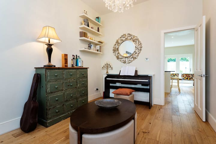 Modern 4 bed with private garden, Wimbledon