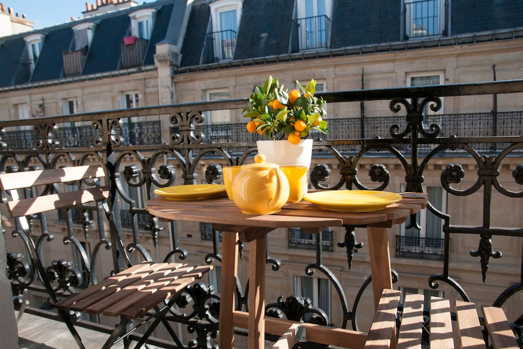 The balcony is at you disposal for a sun lamp or sharing a meal !  Le balcon est à votre disposition pour prendre un un brin de soleil et partager un repas !  O terraço  é à sua disposição para apanhar sol o pegar o almoço !