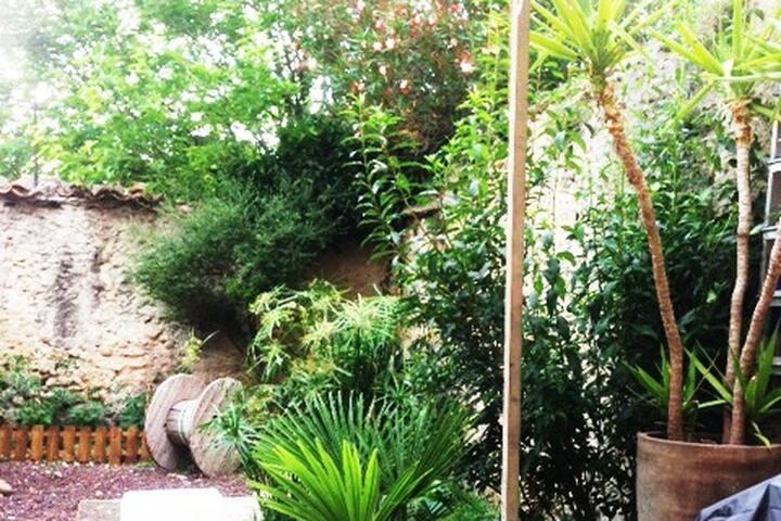 LE 11   MORMOIRON EN VENTOUX avec jardin