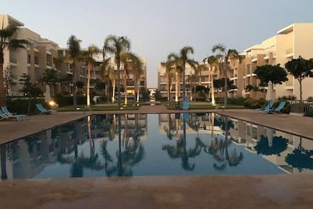 Rez de jardin de trois pièces vue sur piscine