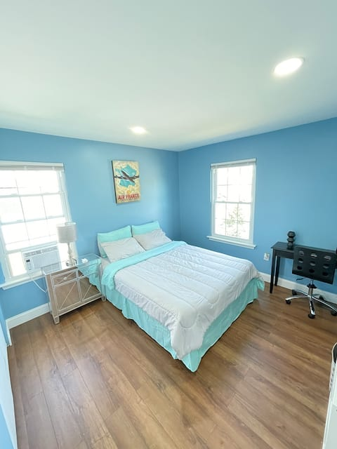 Quiet and clean room/ a queen bed + work station