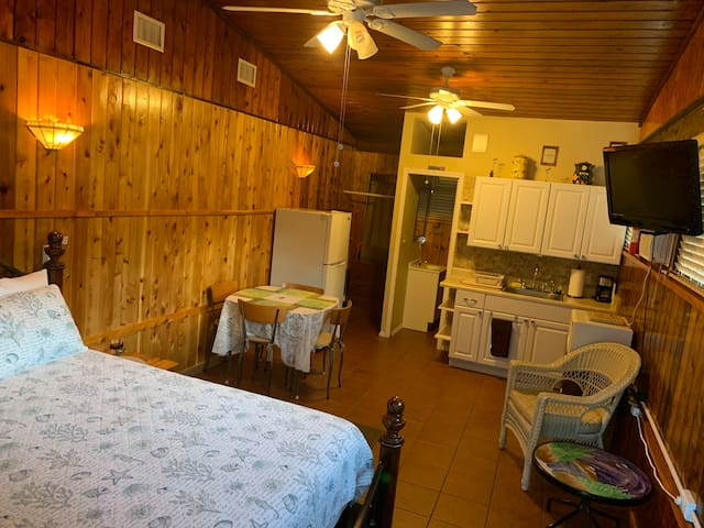 Private Studio Cabin 1 bed & 1 bath