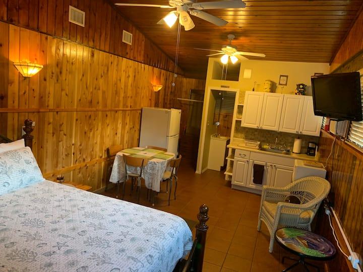 Private Studio Cabin 1 bed & 1 bath
