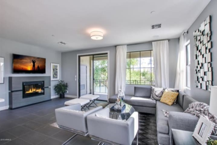 Immaculate, gated lake view condo in Ocotillo
