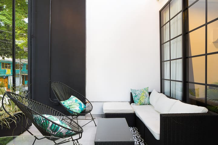 Ultra Lux Villa 8Br/8Ba, w/pool & chic BBQ patio.