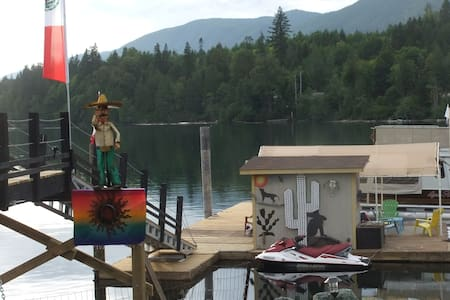 COWICHAN LAKEFRONT WITH LARGE RV - Lake Cowichan - Campingvogn