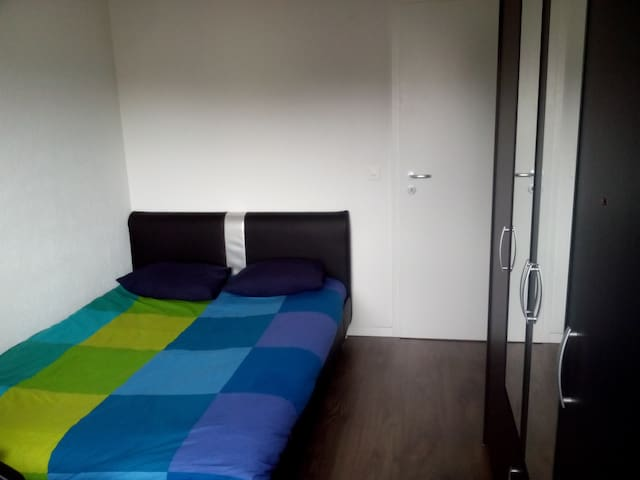 Bedroom in a cosy flat close to Lausanne and lake - Ecublens - Appartamento