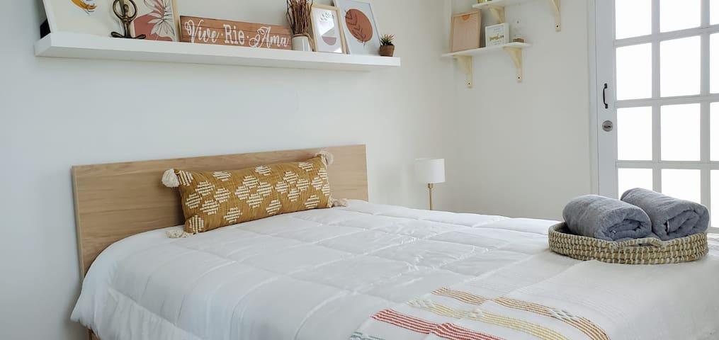 Vive room , queen bed , balcony, A/C, fan