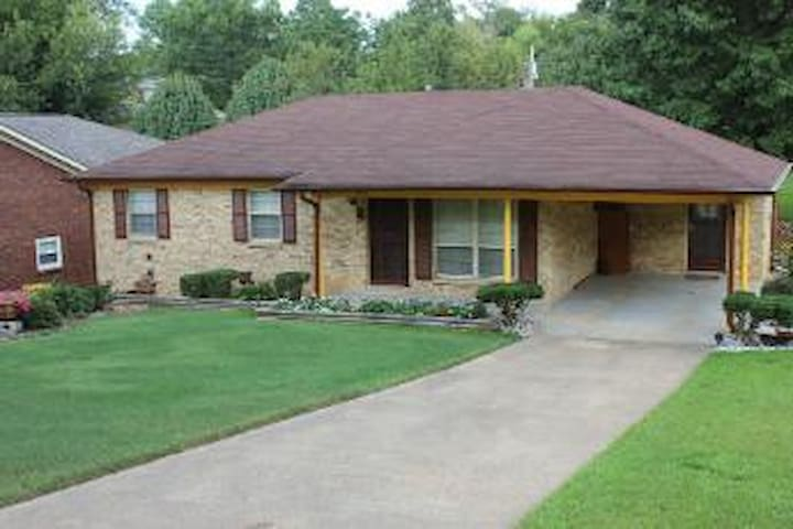 Great Home! Walk to Campus, Sleeps 6.