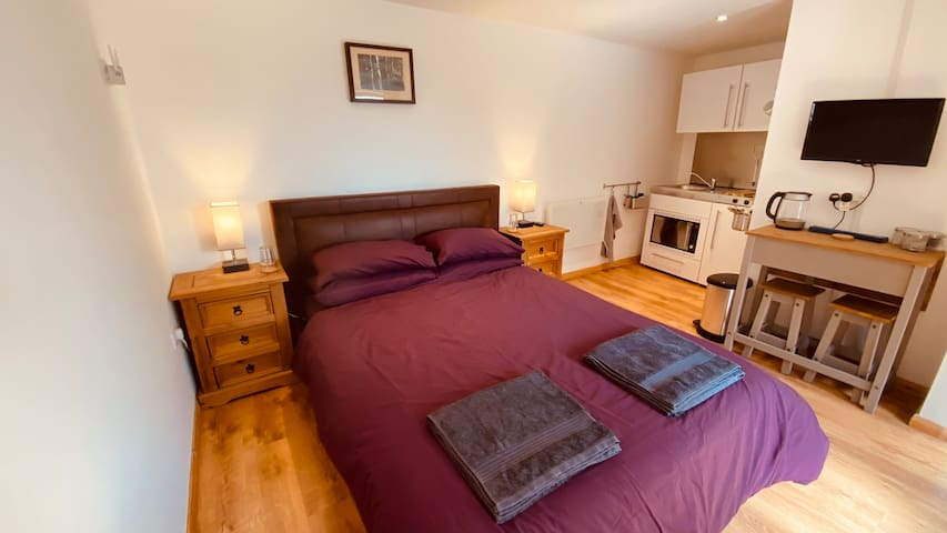The Annex with King size double bed, bedside tables lights and USB chargers. Heating with temperature adjustment.