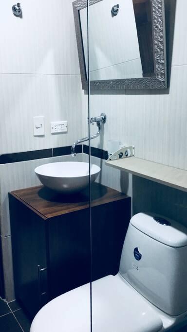 La ducha cuenta con agua caliente, tendedero de ropa retráctil.