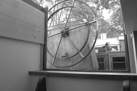 Studio douillet dans péniche sur le canal du midi