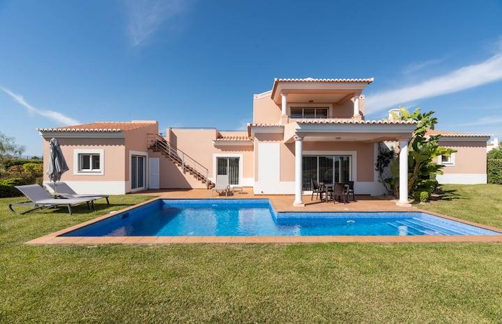 Villa Com 3 Quartos e Piscina Privada