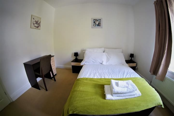 Serviced double room- Central Luton