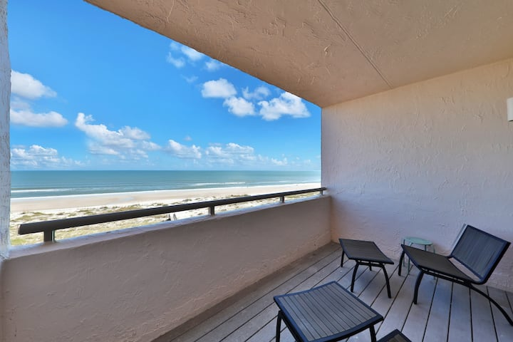 Luxurious Oceanfront Condo,  Snow-bird friendly and Pool