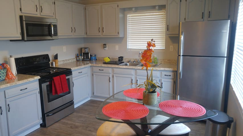 Cute Apartment 5 mins from UT, Downtown, Old City!