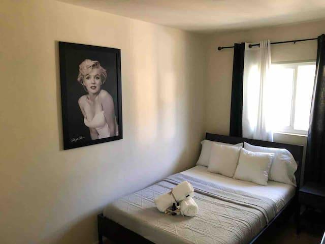 2 Bedroom Apartment, 1 Block from Marina, 5min DT!