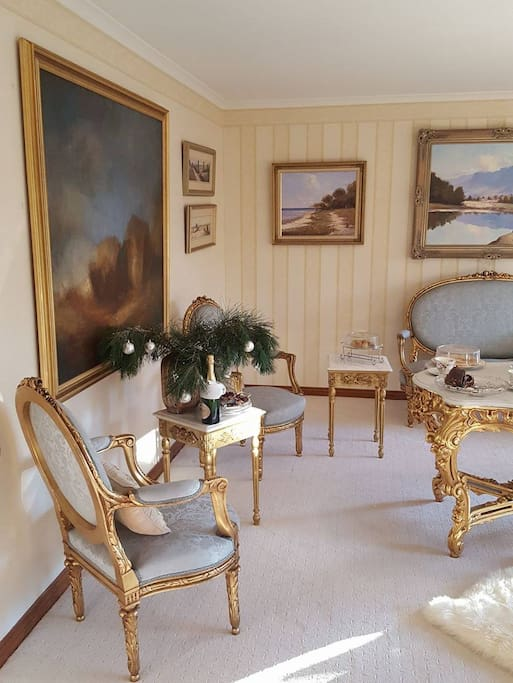 feel royal and enjoy drinks in the parlour