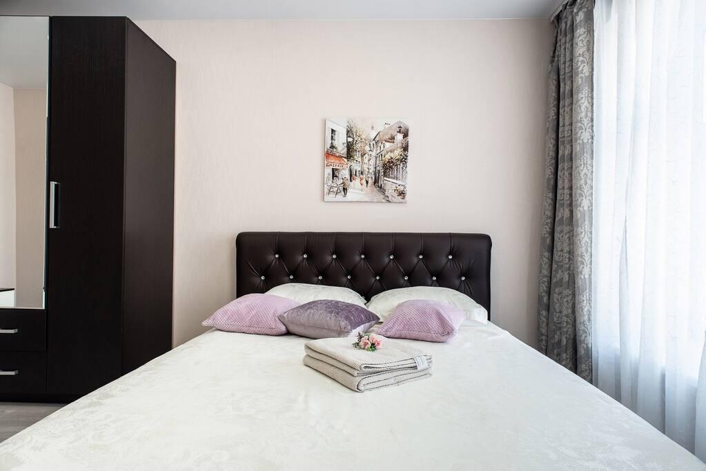 Большая двуспальная кровать с хорошим матрасом
