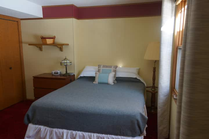 **Private room & bath in a quiet Roseville Area**