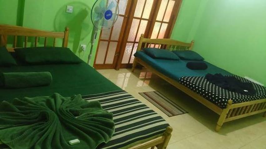 Budget Triple Room In Kandy - Peradeniya - Ev