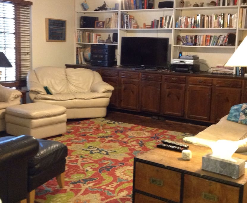 Family room with comfortable seating for 7 or more. Cable TV and ceiling fan.