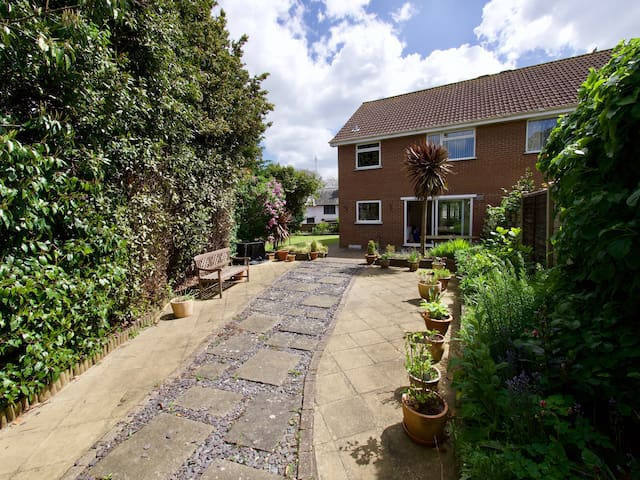 Welcoming Hampshire haven close to water