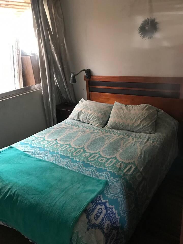 Habitación cama matrimonial. Excelente ubicación