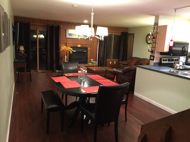 Comfy Townhouse by Shawnee Mt. Ski, Jacuzzi & POOL - East Stroudsburg - Casa adossada