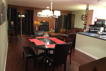 Comfy Townhouse-Shawnee, Jacuzzi, Pool & Fireplace - East Stroudsburg
