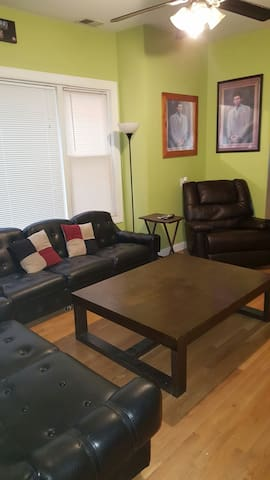 Spacious rm w/wifi, cable & parking