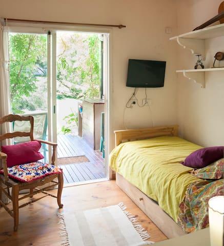 Lovely room 6 blocks from the beach