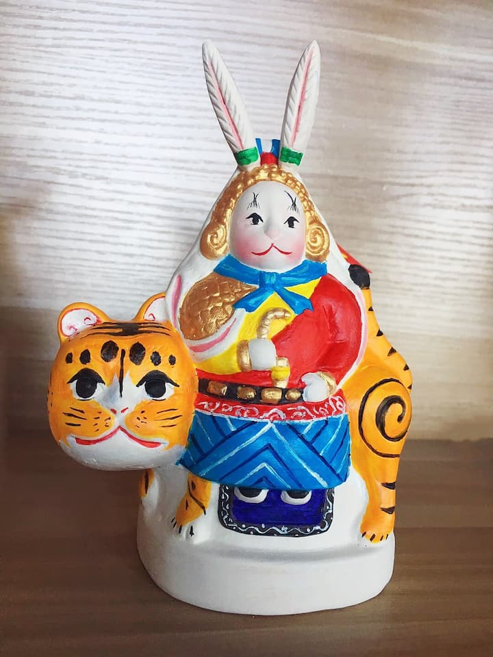 如今,兔儿爷作为北京最具代表性的非物质文化遗产之一,已经成为北京的形象大使。